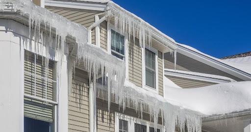 Sans une ventilation adéquate, de la glace peut se former sur votre toit, ce qui peut causer des dégâts d'eau pendant les saisons froides.