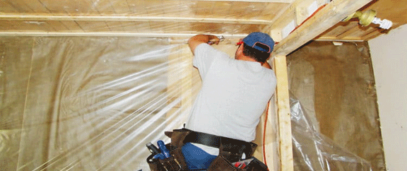 La condensation dans votre grenier pourrait être due à un pare-vapeur absent ou mal scellé.