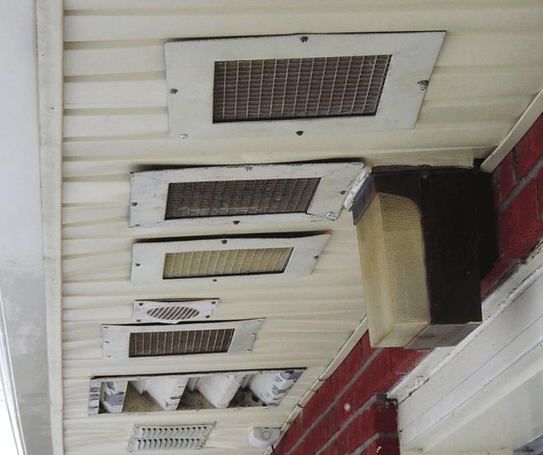 Les sorties d'évacuation des ventilateurs de salle de bain situés dans les soffites sont une cause fréquente d'humidité dans le grenier. Ceci n'est absolument pas recommandé car le principe recherché est de faire circuler de l'air frais dans le grenier, pas de l'air chaud de la salle de bain.